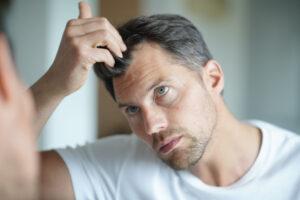 Adulto controlla i capelli dopo trapianto